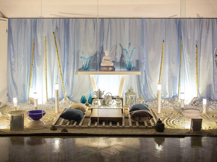 A vitrine ÁGUA valoriza o elemento como origem, fluxo de energia e renovação, buscando o equilíbrio da paz interior e exterior. O espaço é constituído por um ambiente externo que, por meio do minimalismo, transmite os significados mais profundos do universo do elemento. A poética do espaço está na inspiração do ritual da cultura chinesa que envolve a infusão, um dos poderes de transformação da água, representada pela cerimônia do chá, complementado pelo jardim zen que permite descansar a…