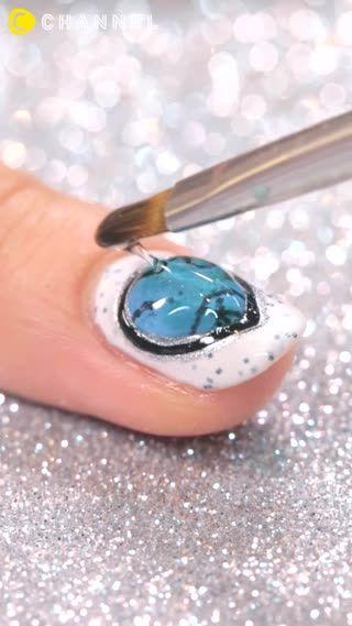 指先に大理石模様を描いた大理石風ネイル。ターコイズの爽やかなブルーは気分まで明るくなりそうなネイルアートです。