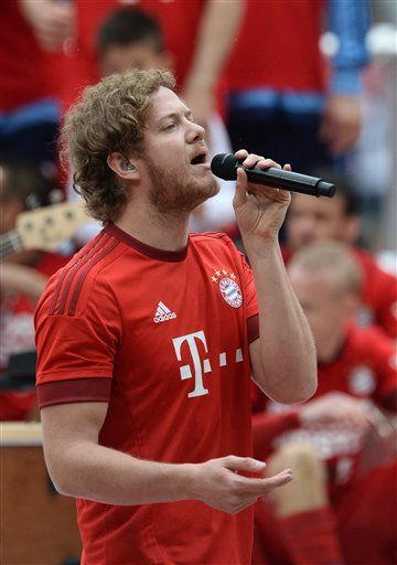 Dan Reynolds from Imagine Dragons performs in a Bayern Munich jersey during the championship celebration after the German Bundesliga soccer match between FC Bayern Munich and FSV Mainz 05 in the Allianz Arena in Munich, Germany, 23 May 2015. Photo by: Andreas Gebert/picture-alliance/dpa/AP Images