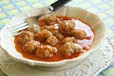 Dans la série des apéritifs, je vous propose une recette de tapa : albondigas con salsa de tomate, ou encore, boulettes de viande espagnole et sauce tomate. Les tapas sont ces fameuses bouchées que les espagnols consomment sans modération, aussi bien pour le déjeuner qu'en début de soirée, en guise d'apéritif ou de cocktail dinatoire. Ils sont consommés dans les fameux bars à tapas et même dans les restaurants. Plus qu'un effet de mode, les tapas représentent l'identité espagnole. Ce sont…