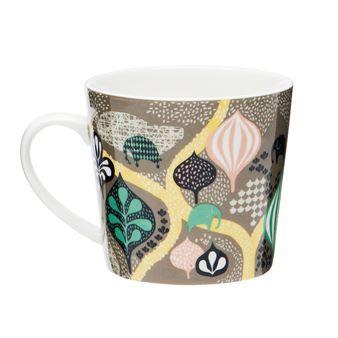 Muggen Saga Forest från Littlephant passar utmärkt både som temugg och kaffemugg. Den är tillverkad i tåligt porslin och har en härligt generös storlek som rymmer mycket av det goda. Kanterna är lite tunnare för att den ska vara extra god att dricka ur. Det fantasifulla mönstret är formgivet av Camilla Lundsten och matchas enkelt med annat porslin från Littlephant.