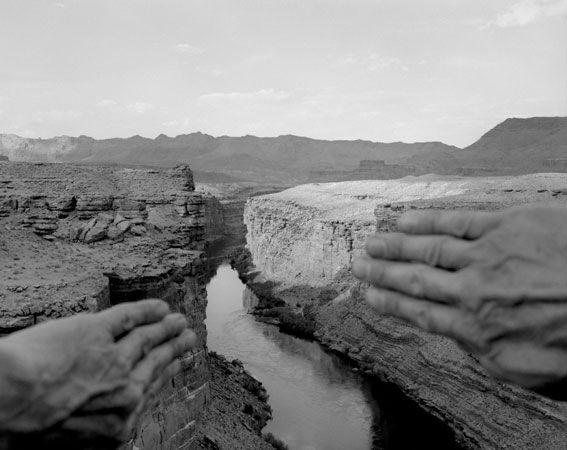 Arno Rafael Minkkinen - Peaks and Valleys - [schema B] prende in mano elementi del paesaggio (simili alle Tende) -
