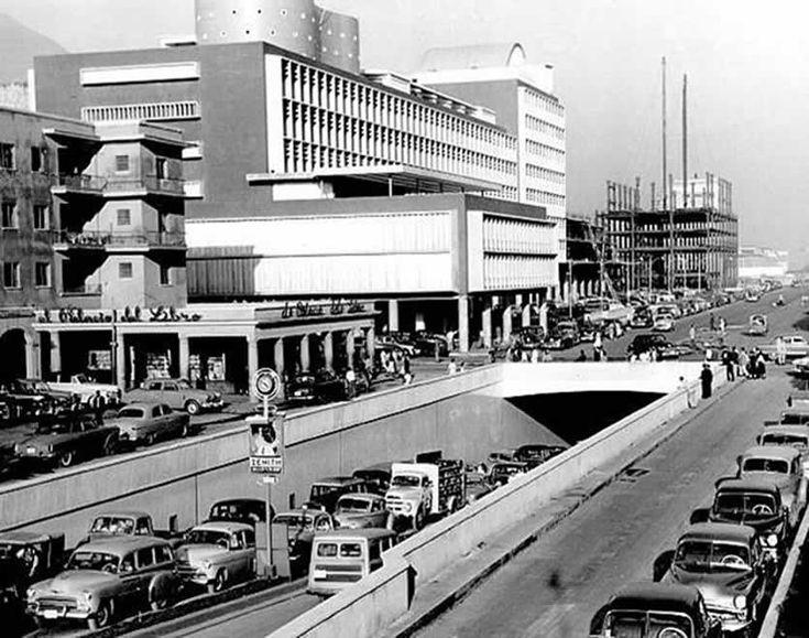 Saliendo del corredor vial subterráneo del Centro Simón Bolívar en la década de 1950