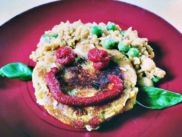 Thunfischbällchen mit Feta - Fisch mal anders - in lachenden Bällchen und schnell gemacht. - Dosen-Thunfisch (bitte mindestens MSC-zertifiziert), Zwiebel, Magerquark (gibt es auch lakosefrei), Semmelbrösel (gibt es auch glutenfrei), Bio-Eier, gemahlener Koriander, gemahlener Kurkuma, Brat-Olivenöl (zum Braten), Tomatenmark (zum Dippen und Garnieren), Feta, Thunfisch mit einer Gabel zerdrücken; Zwiebeln hacken und mit Quark, Semmelbrösel,