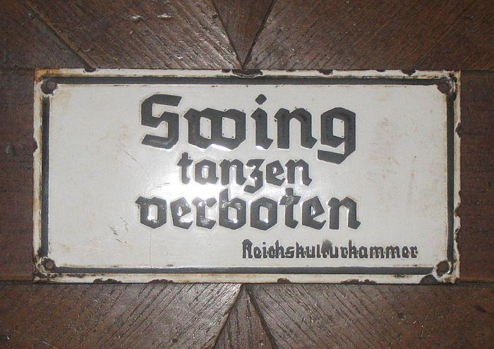 """Die berühmten """"Swing Tanzen Verboten"""" Schilder, allerdings gehen laut Wikipedia auf einen Marketing-Gag aus den 70ern zurück, wobei entsprechende Schilder von Linientreuen Gastronomen tatsächlich existiert haben sollen."""