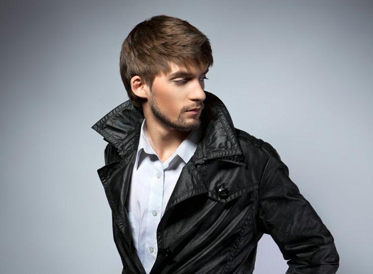 un'idea per tagli uomo per capelli lisci con la frangia, giacca nera con il colletto alzato