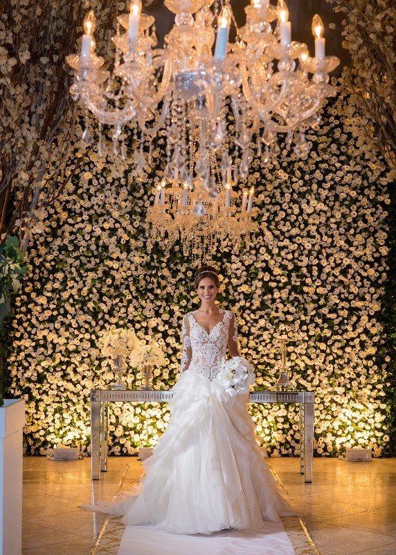 Noiva na cerimônia com fundo de mix de flores brancas para a decoração - Casamento Rafaelle Ruhle e Thiago Marques