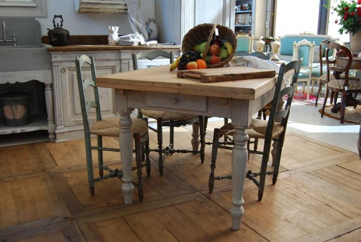 Tavolo in stile '800 toscano, allungabile a tiro, realizzato in abete antico decapato nella base e trattato al naturale nel piano