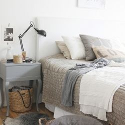 A cozy and warm Scandinavian bedroom, in perfectly serene neutrals (via housenumber15, in English and Spanish)