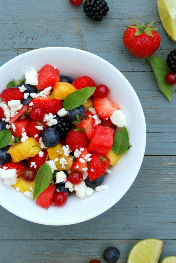 receta paso a paso de ensalada de fruta de verano y queso feta. con sandía, piña, fresas, arándanos, frambuesas, moras, grosellas, lima, albahaca y queso feta