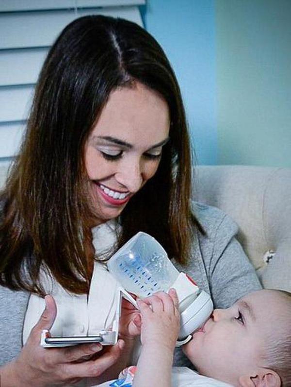 Bisa Menyusui Bayi Sekaligus Main Smartphone dengan Alat Unik Ini
