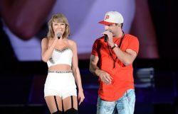 "Taylor Swift se apresenta com o cantor country Sam Hunt na ""1989 World Tour"" #Cantora, #Nick, #NovaTurnê, #Série, #TaylorSwift http://popzone.tv/taylor-swift-se-apresenta-com-o-cantor-country-sam-hunt-na-1989-world-tour/"