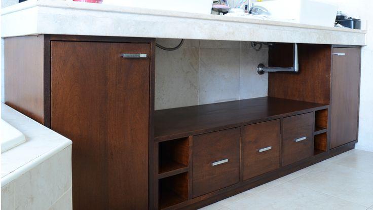 Mueble bajo mesada para el baño de los padres.