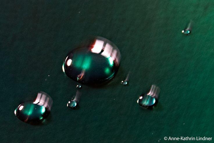 wassertropfen metall grün effekt bewegung spiegelung wasser oberfläche tropfen