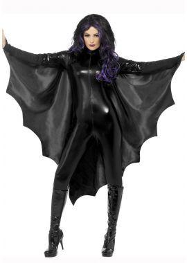 Vleermuis Veugels Een Vleermuis cape om het superhelden of vampieren kostuum compleet te maken. Deze zwarte cape is unisex, heeft een kraagje en maak je vast met een knoopje. Deze cape is een productie van Smiffy's. Daardat er mouwen aanzitten waar de armen door heen kunnen zit hij mooi op zijn plek en is het prettig dragen.
