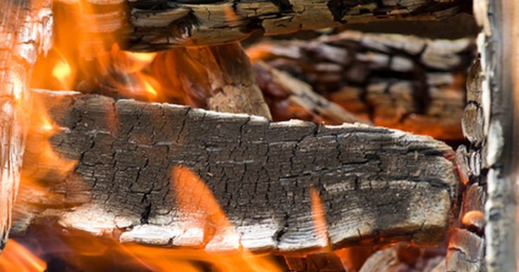 Por que alguns tipos de madeira produzem tanta fumaça?. A quantidade de fumaça gerada pela lenha depende largamente do tipo de madeira usada. Se você depende de lareiras para aquecer sua casa, precisará de uma madeira que queimará durante um longo tempo e que produza muito calor. Outros fatores, além do tipo de madeira que você esteja queimando, podem contribuir na quantidade de fumaça de sua fogueira.