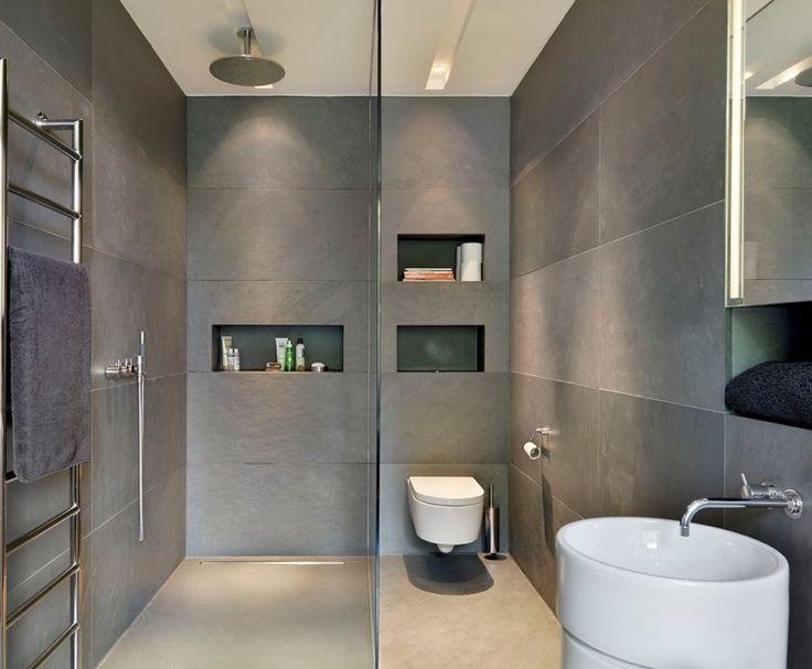 salle de bains et wc avec carrelage grand format gris et douche encastrée au plafond