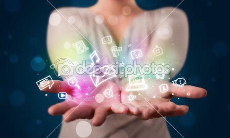 Молодая женщина, представляя красочные Социальный медиа Иконы — Стоковое изображение #47895473