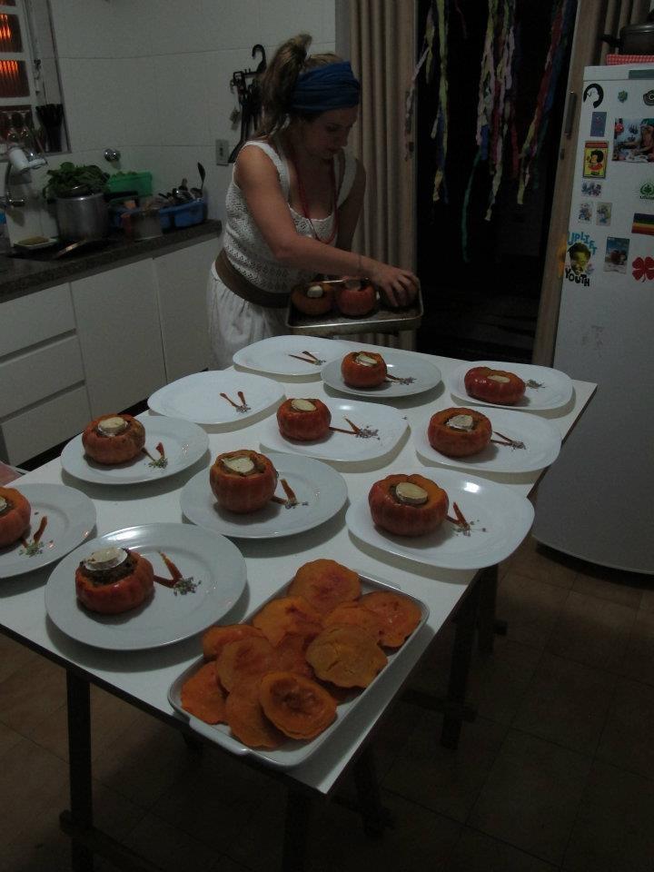 Mini morangas recheadas com couscous marroquino e queijo feta.