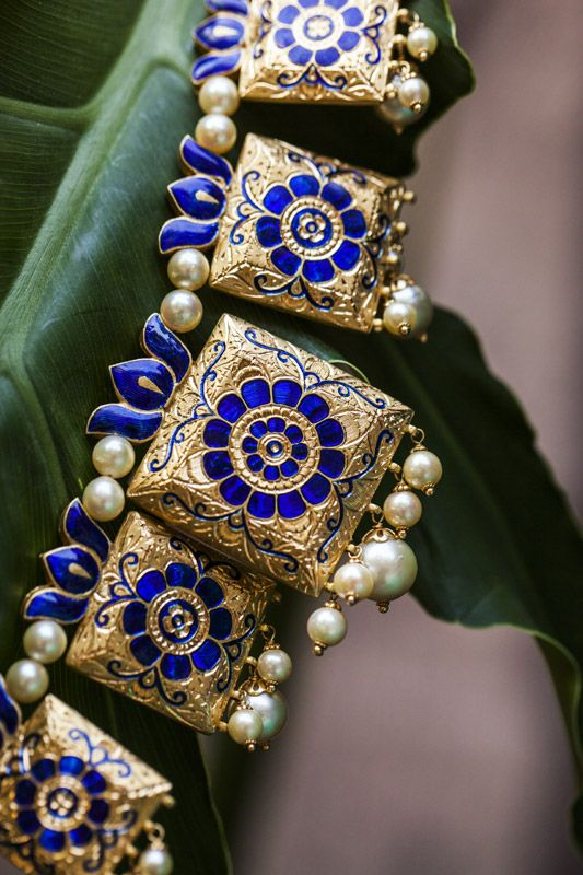 As I had stated, 'lac' jewellery is popular among Rajputs as well although it doesn't look as elegant as gold jewellery. That's why not many women prefer to wear lac. However, this necklace is designed like a traditional 'lac' necklace but looks immensely elegant.