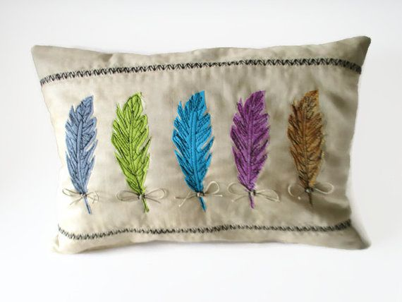 Appliqued almohadilla de la pluma, almohada de acento, decoración Azteca, almohada Appliqued, movimiento libre, almohadilla de la pluma multicolores