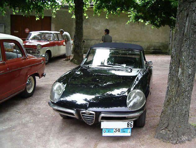Alfa duetto 1967. En 1966 présentation au salon de Genève du spider Duetto réalisé par Pininfarina,qui fut Construit de1962 à 1976, MOTEUR 1290 cm3, ,4 cylindres en ligne ,PUISSANCE 103 hp SAE à 6000 tpm,Vitesse MAX 175 km/h,.