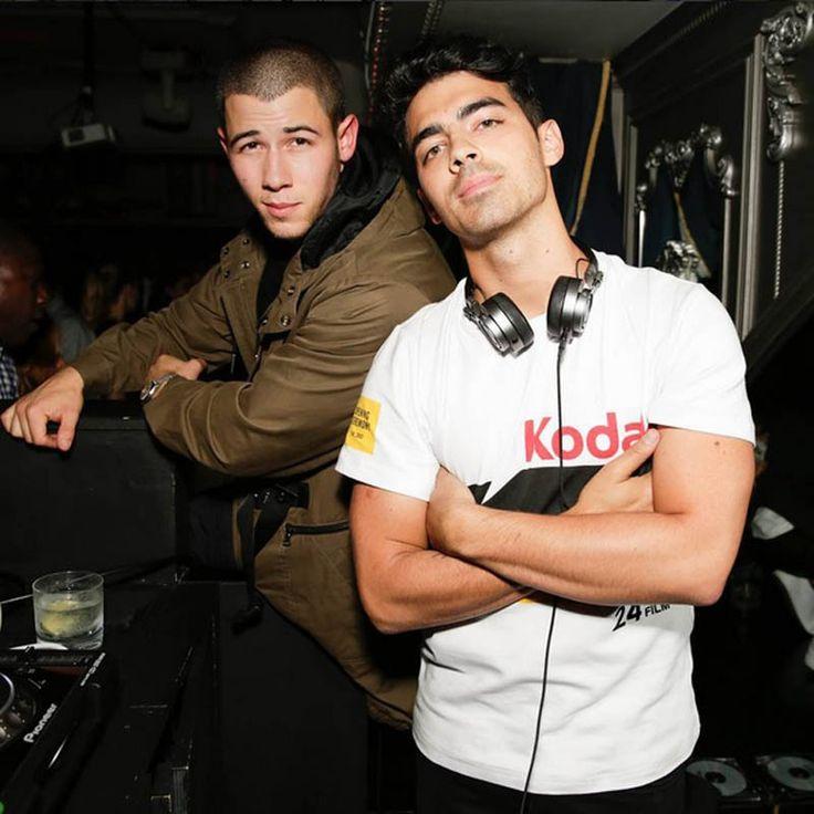 """Joe Jonas, l'un des frères de la fratrie Jonas, a été vu hier soir au club """"Up and Down"""" à Los Angeles fêter la semaine de la mode newyorkaise avec son..."""