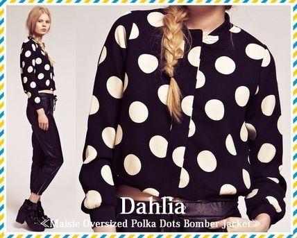 セレブ愛用者多数!☆Dahlia(ダリヤ)☆ドットボンバージャケット ポップなドットプリントがカジュアルな印象のボンバージャケットになります。  柔らかいクレープ生地で作られているので、リラックスした着心地です。