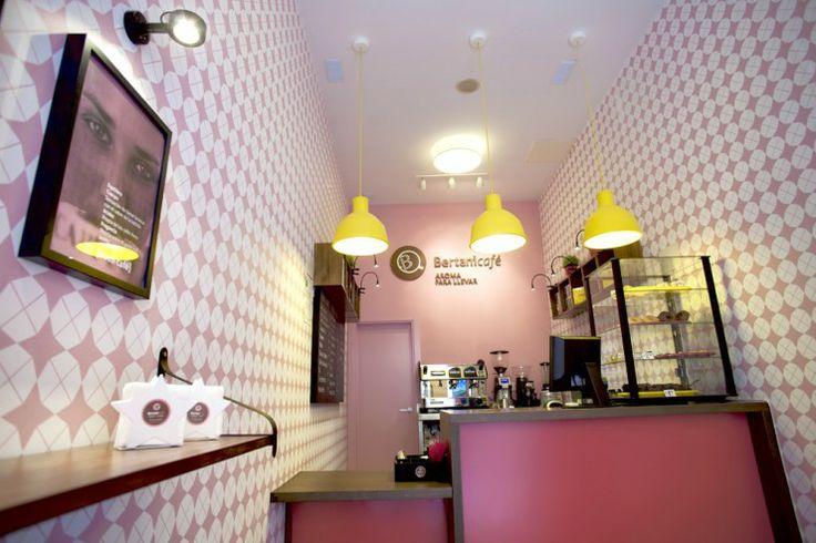 Desarrollo al completo que hicimos de la identidad corporativa para Bertani Café, una cafertería muy coqueta con bebidas para llevar situada en Málaga.  Diseño de marca Interiorismo Papelería corporativa. Tiendas originales.