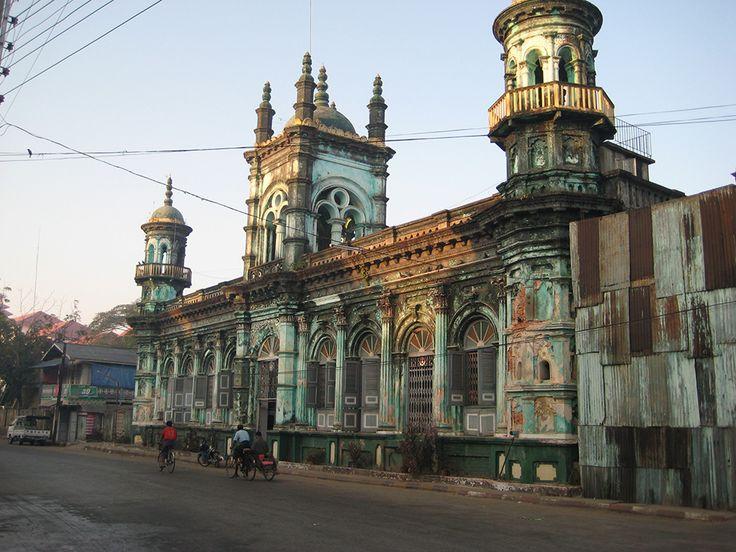 Balade pédestre le long des anciennes bâtisses coloniales à Mawlamyine #voyage #birmanie. Découvrez notre circuit en Birmanie : https://www.amica-travel.com/idees-de-circuit/birmanie/royaumes-disparus-de-birmanie