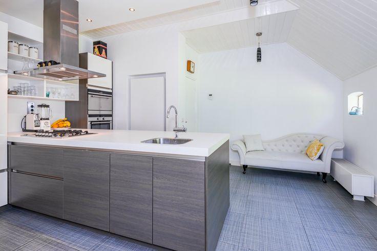 Trots op onze keuken. Ruimte vergroot door toiletruimte te verplaatsen richting de deel. Plafonds weer verhoogd. Afgetimmerd met hout en in hoogglans wit geschilderd. Leefkeuken met zicht op tuin met veranda. O.a. met fruitbomen. Grenzend aan eetkamer | wijnkelder | kelderkast | zwolle | huis te koop | woonboerderij | rietgedekt | witte boerderij | Berkum | Brinkhoek | welkom