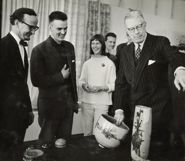 Stig Lindberg, Bertil Vallien, Ulrica Hydman and King Gustav VI Adolf