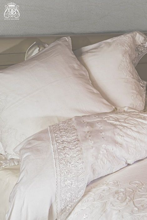 Dutch Boudoir Fleur de Lin overtrek set,kleur:blanc. Een overtrek met rand van wit kant , prachtig geborduurd voor een romantische  slaapkamer  www.theobot.nl