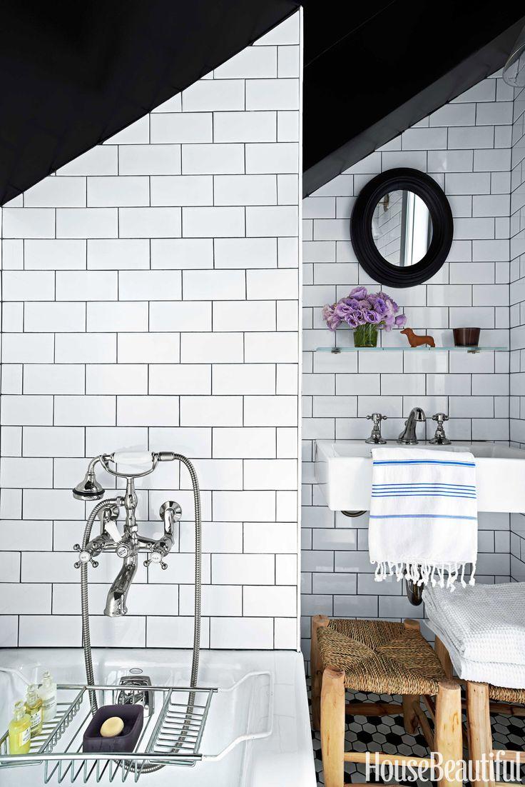Gekleurde voegen De Nemo subway tegels in deze badkamer zijn perfect gecombineerd met donkergrijze voegen.
