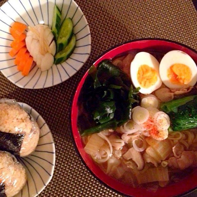うどんの出汁は 豚ばら、ネギ、揚げです  トッピングは ゆで卵、小松菜、わかめ、ネギです - 9件のもぐもぐ - 稲庭うどん、鶏の 炊き込みご飯おにぎり、浅漬け by Ayumiazu