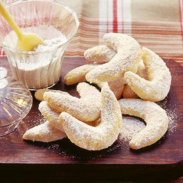 #Vanillekipferl: 250 g Mehl, 100 g abgezogene, gemahlene Mandeln, 75 g Zucker, 150 g Butter, 2 Eigelbe, 2 Pck. Vanillezucker, 4 EL Puderzucker. | 2 #Eiweisse bleiben übrig