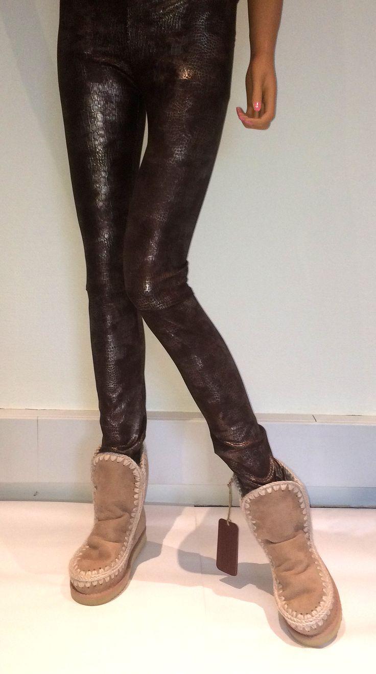 Så har vi fået en masse fede leggings og bukser på lager fra Absolu. Se dem alle på webshoppen - http://herstyle.dk/17-absolu. Støvlerne er fra Mou. Se udvalget her - http://herstyle.dk/14-mou-stovler