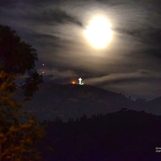 Mi ventana de anoche... La cruz y la media luna!!