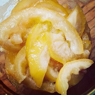 il est facile de réaliser ses citrons confits à l'aide du micro-ondes, il suffit d'avoir du citron, de l'eau et du sucre