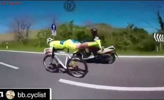 Ciclista volando como superman