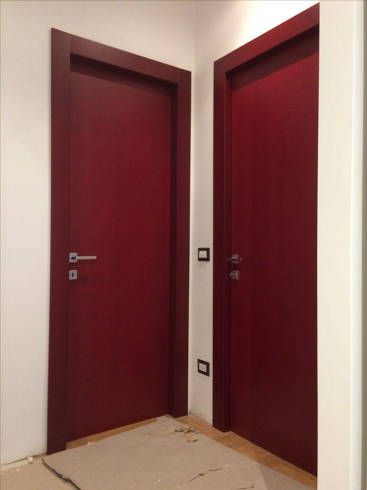 Porte in legno laccato, con mostre a filo telaio, montate in un appartamento a Roma