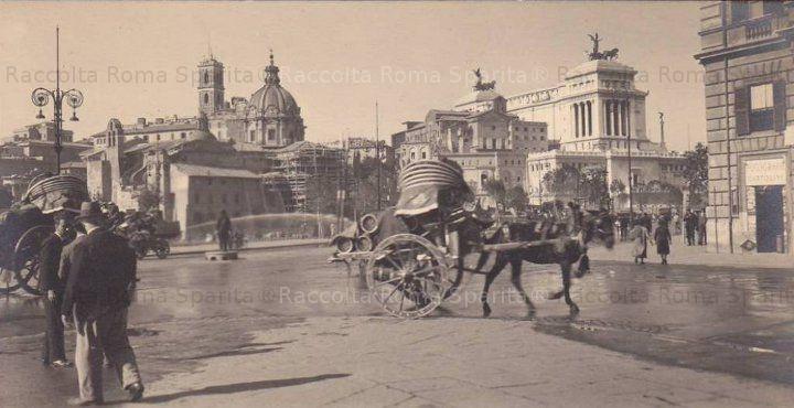 Via dell'Impero (oggi via dei Fori Imperiali), angolo via Cavour. Il palazzo Nicolini Sereni, di cui se ne scorge una parte sulla destra, verrà demolito nel 1934. Anno: 1933