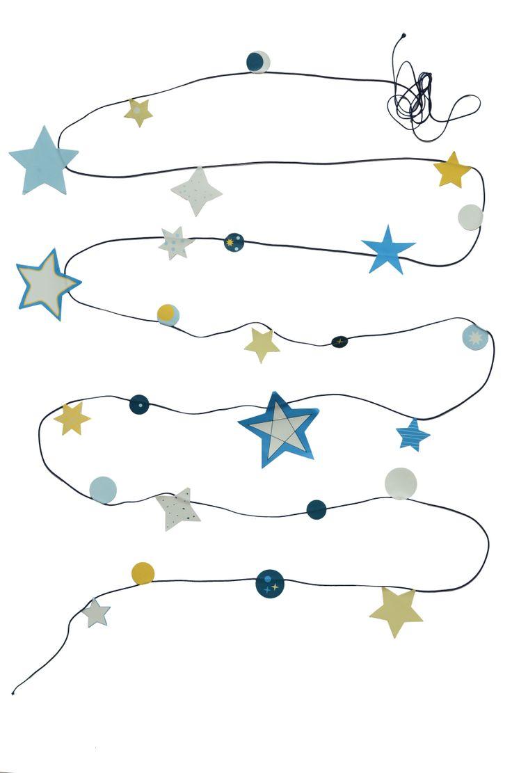 Everlasting Stars - Altijd onder een sterrenhemel liggen 's nachts en overdag en waar je maar wilt. Dat kan met deze vrolijke sterrenslinger. Maak de 'glow in the dark' sterrenslinger precies zoals jij wilt. De slinger geeft licht in het donker.  Bedenk van tevoren hoe je de sterren (4 stickervellen) verdeelt over het blauwe draad (5 meter) en vouw ze daarna voorzichtig om. Houd 50 cm ruimte vrij aan beide uiteinden voor het ophangen van de slinger.  De in-het-donker-lichtgevende slinger ...