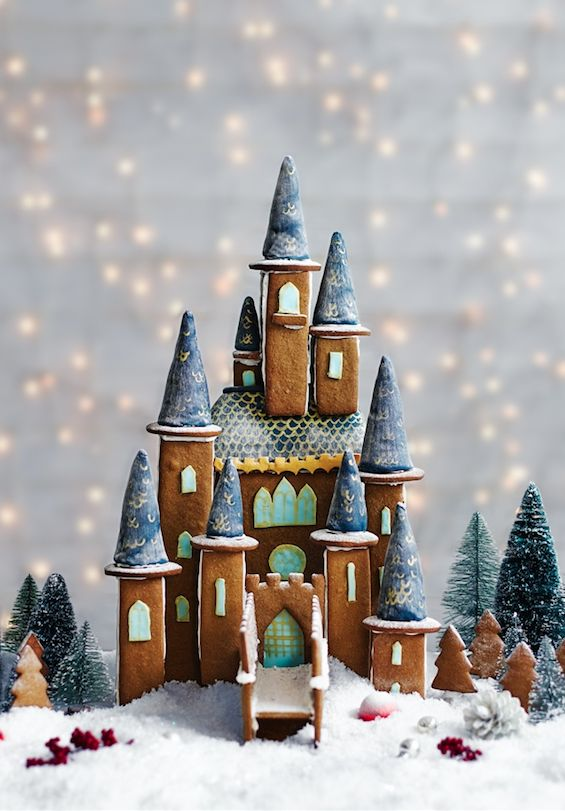 Castle made by gingerbread cookies by studio karin. Inspiration for cake making