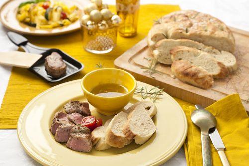 """Carlo Trobia (43 jaar) uit Haarlem maakt echte Italiaanse focaccia voor zijn Italiaanse gourmet.""""Het is erg makkelijk. U kunt het maken in de oven, maar ook in een koekenpan. Mijn vrouw vindt het lekker om er nog extra kaas op te doen, maar bij mij is het brood meestal al op voor ik het kan beleggen."""" Recept uit: de Coop Keukentafelgids winter 2013-14. Recept uit: de Coop Keukentafelgids winter 2013-14."""