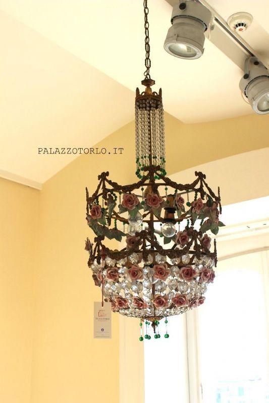 Epoca: Seconda metà dell'Ottocento  Lampadario con decorazioni in porcellana dipinta, bronzo e cristalli. Ø 40 x h 150 cm.