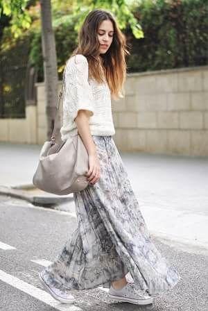 スカートに似合う靴といえばスニーカー。人気ブランドのコンバースやナイキ、ニューバランスに靴下・タイツ・素足など合わせ方や履きこなしも色々。フレアやロング丈(マキシ)など種類別にブログスナップからまとめて特集!