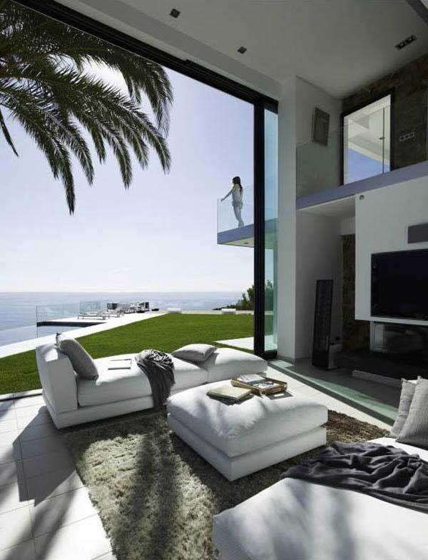 Современный дом с панорамным видом на океан