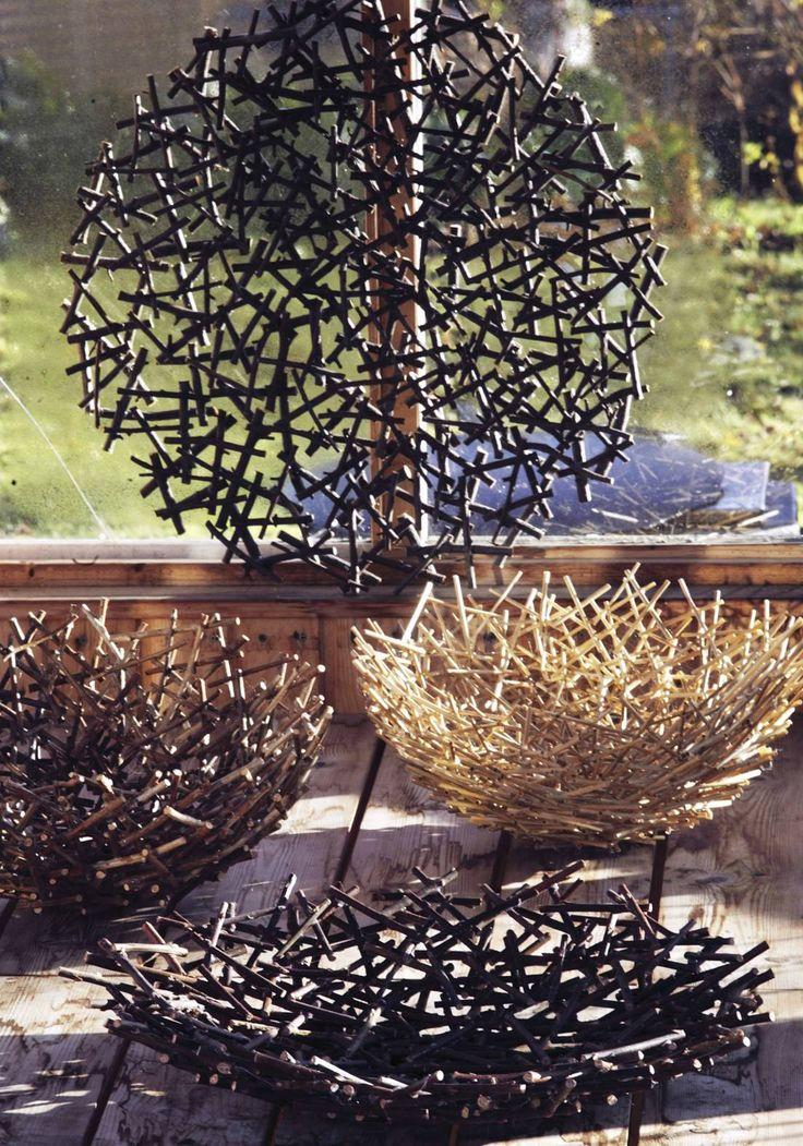Keveissä osakulhoissa voi tarjoilla makeisia tai säilyttää kynttilöitä. Katso Viherpihan ohjeet ja askartele oksista hauskat kulhot!