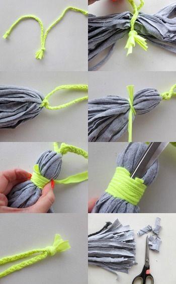 【作り方】 1. 2本の紐の端を結びます。  2.Tシャツヤーンの束の中央を紐で結び、Tシャツヤーンの束を半分に折ります。  3. 半分に折った部分の3~4cm下をTシャツヤーンで結び、さらにその上からヤーンをぐるぐると巻いて結び目を隠します。  4.ハサミでカットしてタッセルの長さを整えたら完成です!